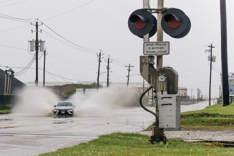 El huracán Nicholas toca tierra en Texas con amenaza de inundaciones y marejadas