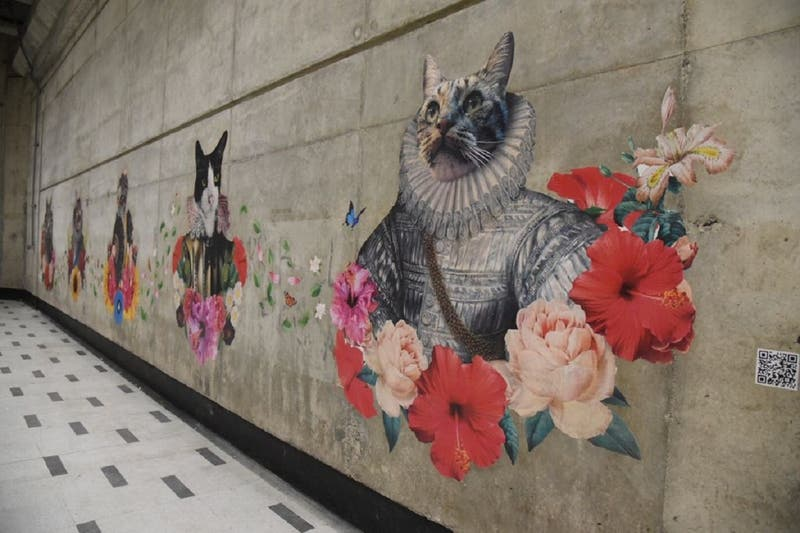 """""""El Reino de los Gatos"""": la intervención artística que se toma el Metro de Santiago"""