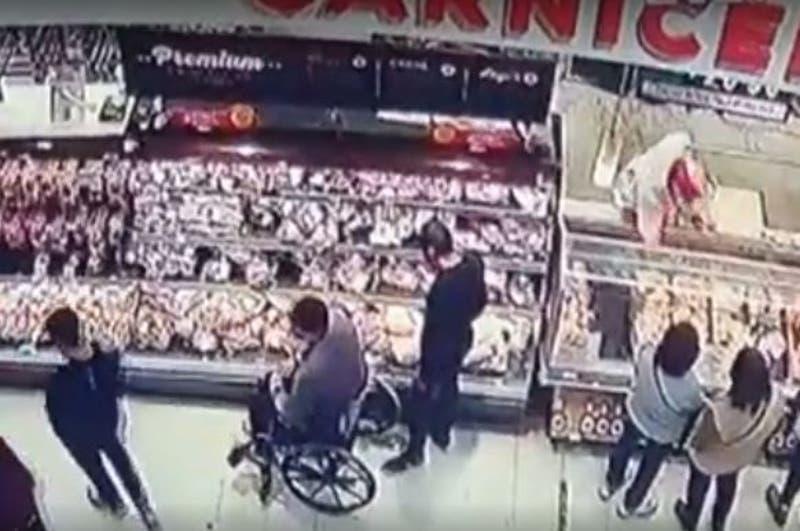 """Robaron mercadería en una silla de ruedas: 13 detenidos por """"turbazo"""" en supermercado de Peñalolén"""