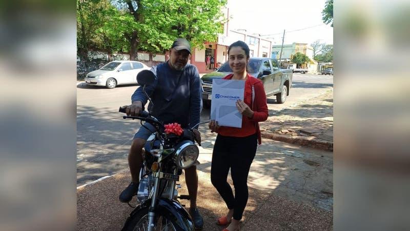 """Joven regala moto a su padrastro por ayudarla a estudiar dos carreras: """"Mi padre del corazón"""""""