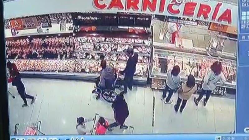 """[VIDEO] Descarado uso de sillas de ruedas durante """"turbazo"""" en supermercado"""