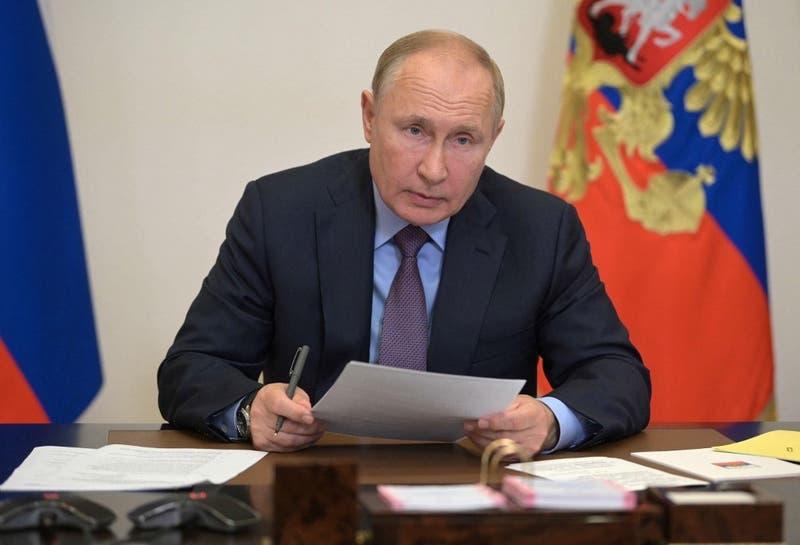 """Presidente Putin anuncia que """"decenas de personas"""" de su entorno tienen COVID-19"""