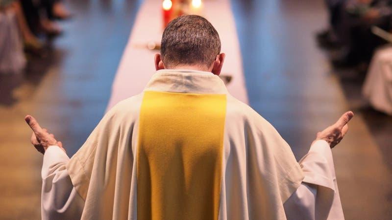 Arrestan a sacerdote que usaba limosnas para comprar drogas y organizar fiestas sexuales en Italia