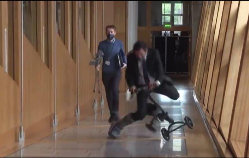 [VIDEO] Parlamentario escocés se cae mientras iba en scooter