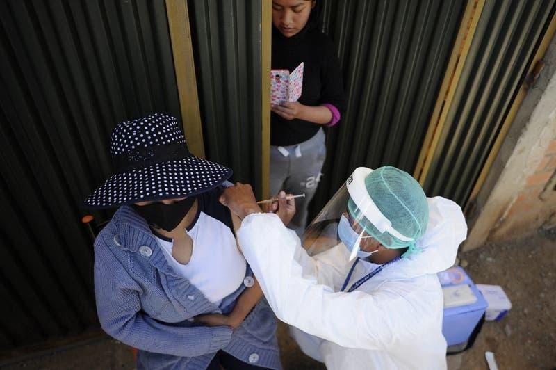 """""""Hombres lobo"""" y """"esterilidad"""": La desinformación que lentifica la vacunación en ciudad boliviana"""