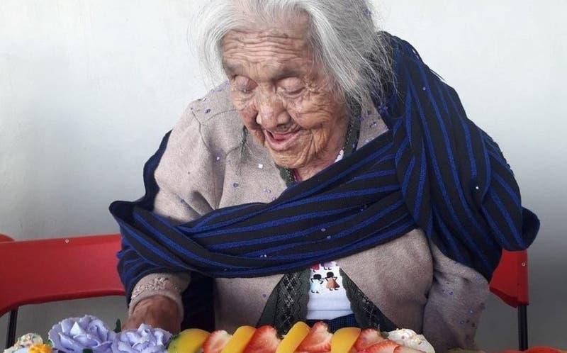 """La mujer a la que llaman """"Mamá Coco"""" cumplió 108 años y publicó una foto con torta en las redes"""