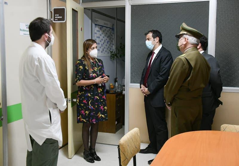 Ministro Delgado visitó a carabinero baleado que podría quedar parapléjico