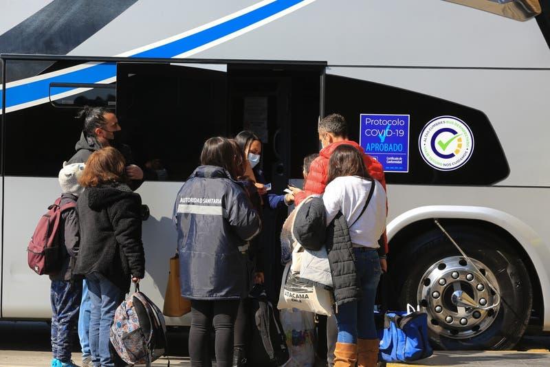 Buscan pasajeros de bus que viajó de Santiago a Curicó: Un pasajero dio positivo a COVID-19