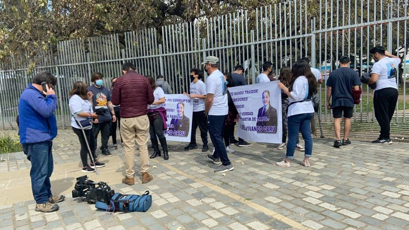 Familia de Valeria Vivanco, PDI asesinada, protestó en las afueras del Parque O'Higigns