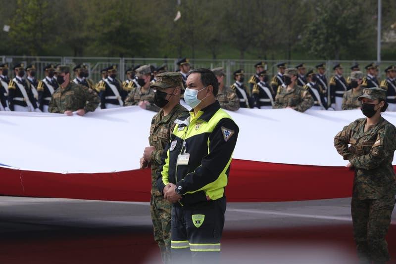 Parada militar estuvo marcada por homenaje a funcionarios que han enfrentado la pandemia