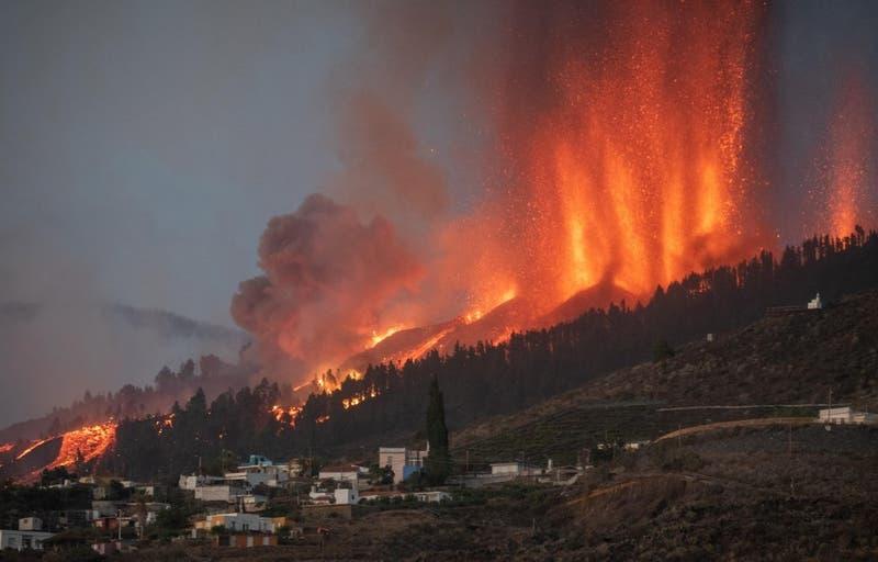 [VIDEO] Evacúan a miles de personas por erupción de volcán