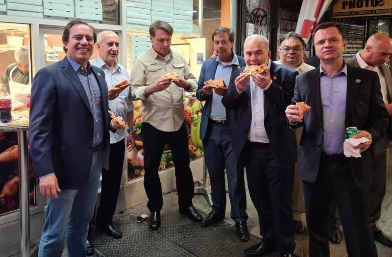 Bolsonaro tuvo que comer pizza en la vereda en Nueva York por no estar vacunado contra el COVID-19
