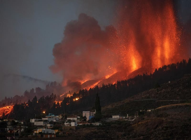 Lava avanza al mar: las imágenes de erupción de volcán en Canarias