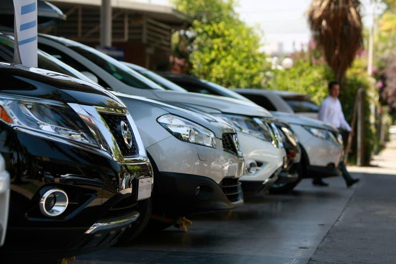 """Publicación de Bloomberg afirma que """"chilenos esperan hasta 13 meses por un auto nuevo"""""""