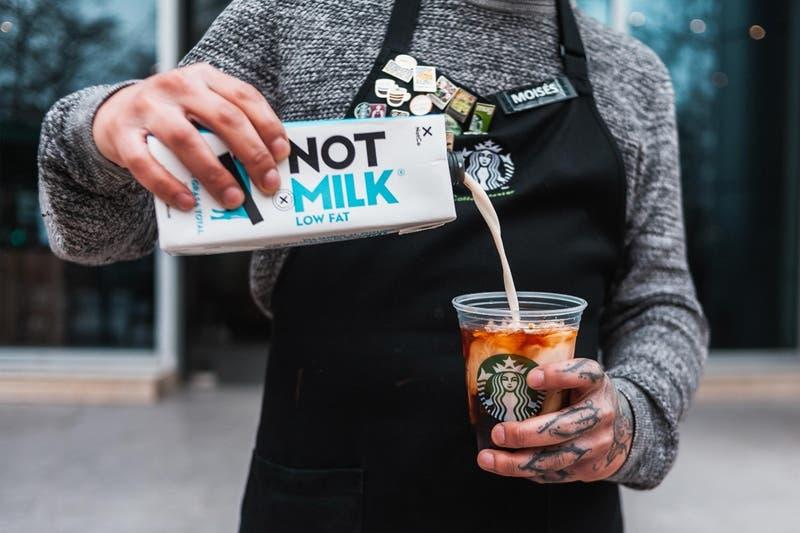 Starbucks y NotCo hacen oficial acuerdo para sumar opciones de origen vegetal a las tiendas de Chile