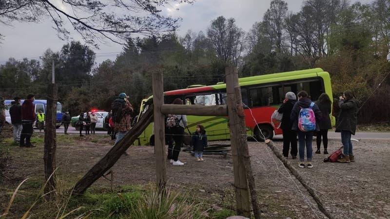 Choque entre bus y furgón en La Araucanía habría dejado al menos un muerto y 20 heridos