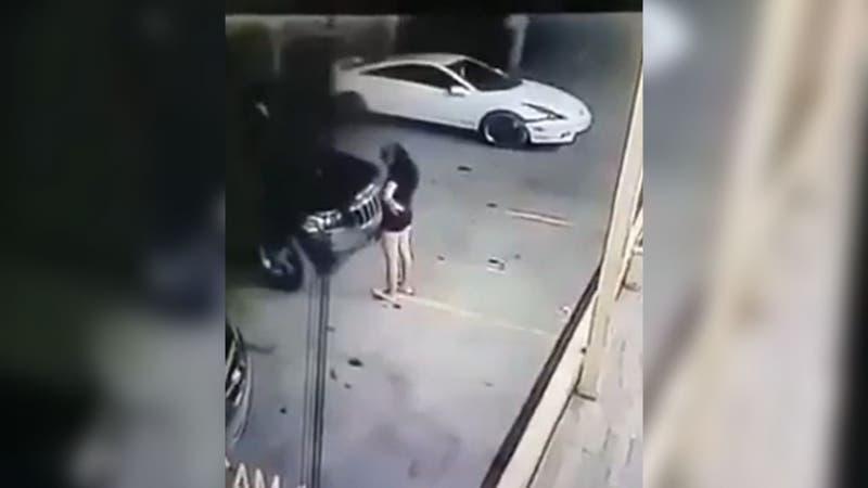 Mujer atropella y mata a su amiga perder control del vehículo en estacionamiento