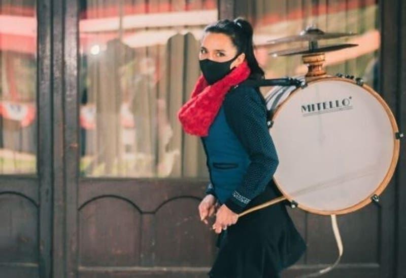 #CómoLoHizo: La chinchinera que recorre las calles manteniendo viva una tradición nacional