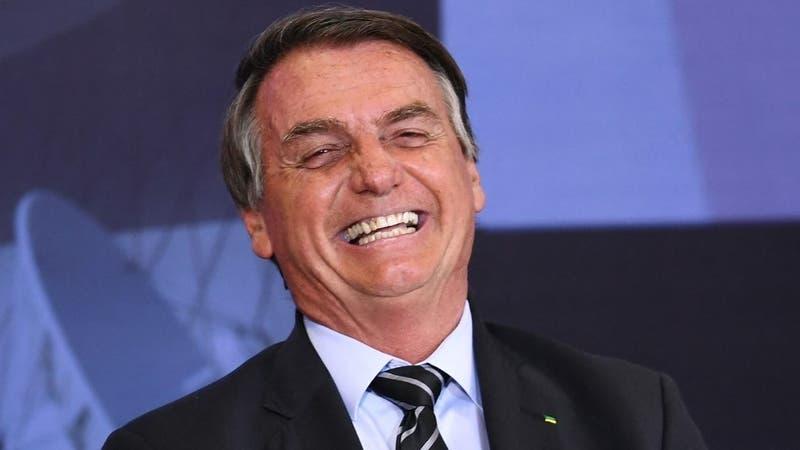 Abuso de Photoshop: Jair Bolsonaro viraliza foto en que parece tener seis dedos