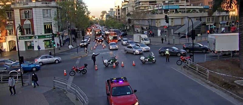 Un muerto tras accidente de tránsito en Las Condes: hombre cruzaba por paso habilitado