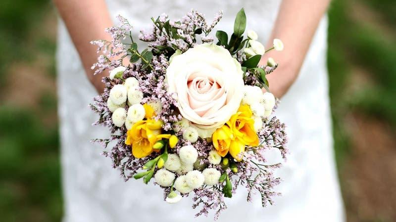 Mujer se casa con su pareja el día de su funeral: Él murió en un accidente vehicular días antes