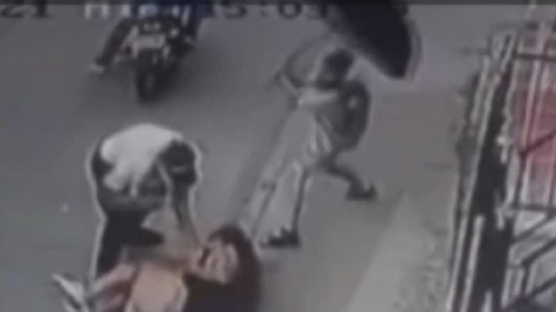 Niño repele a paraguazos asalto contra su madre