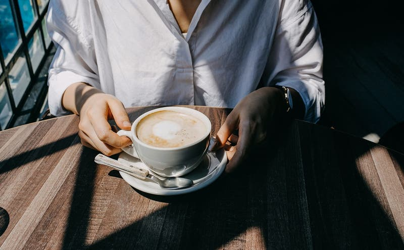 """""""Descuentos por feo"""": Cafetería se volvió viral por sus raras promociones a los clientes"""