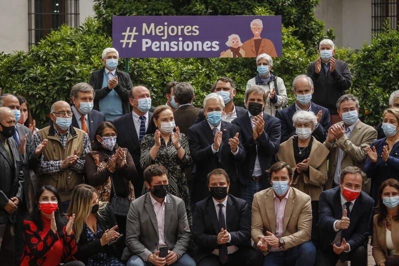 """""""Ustedes son unos chacales"""": El reclamo de senador RN a ministros en plena ceremonia en La Moneda"""