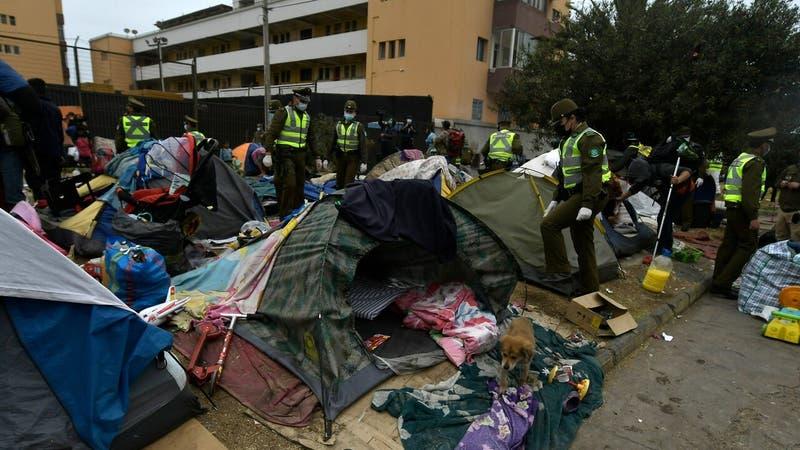 Desalojo de migrantes en Plaza Brasil de Iquique deja 14 detenidos: el lugar fue cercado