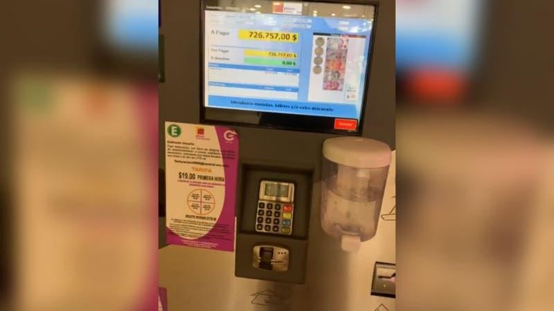Mujer descubre que mantiene deuda de $28 millones por uso de estacionamiento en centro comercial