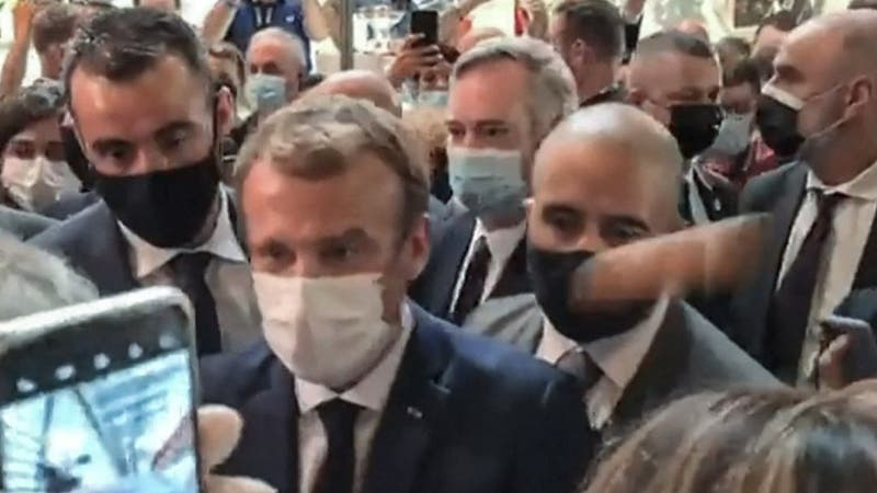 Joven que lanzó huevo a Emmanuel Macron es internado en centro psiquiátrico