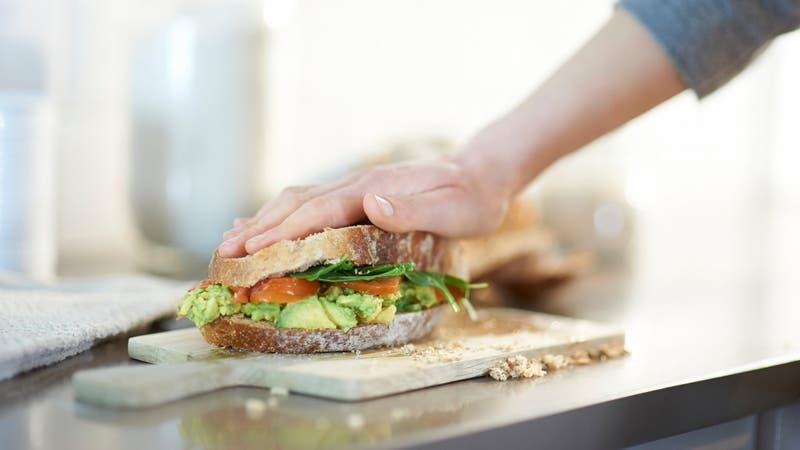 Hombre compra sándwich sólo con monedas y trabajadores se lo entregan trozado en 16 partes