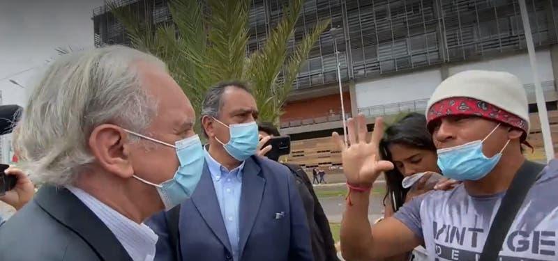 """""""Váyase solo"""": El tenso momento del embajador venezolano en Iquique al explicar el plan de Maduro"""