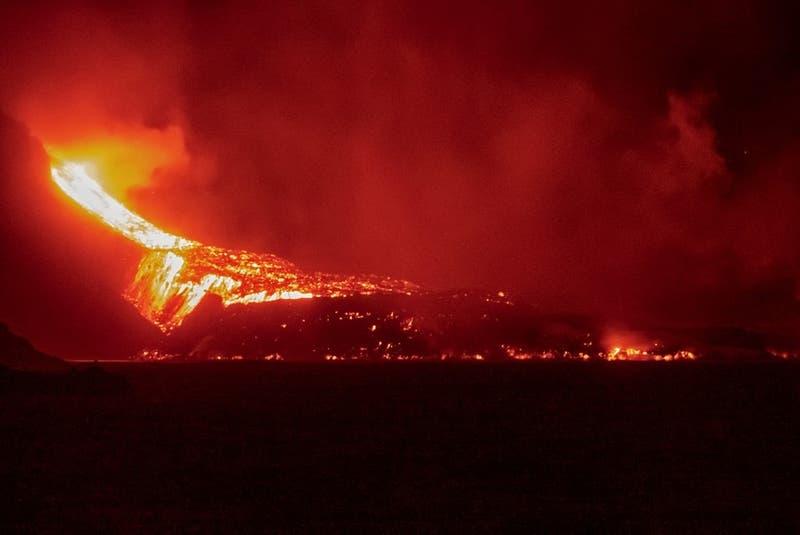 Lava del volcán de la isla española de La Palma ya ha ganado más de 10 hectáreas al mar en Canarias