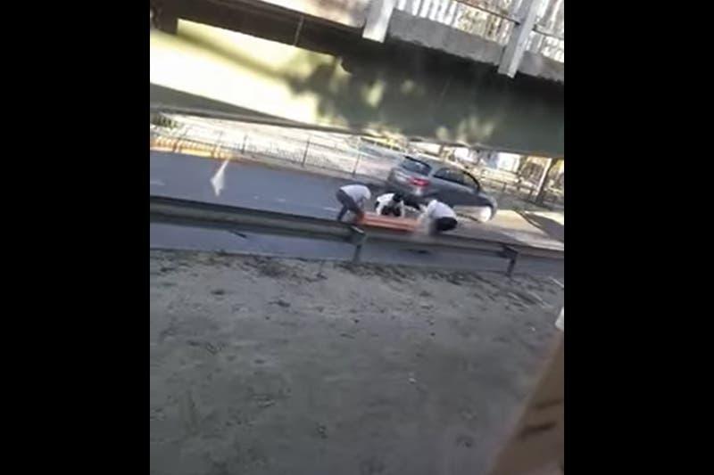 Ataúd cae desde carroza fúnebre en plena calle en la comuna de Puente Alto
