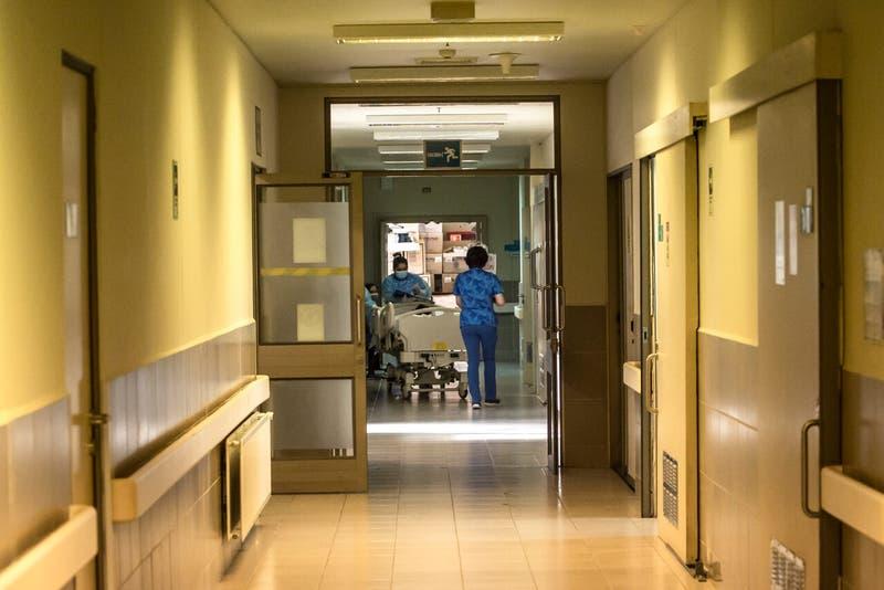 Joven dio a luz en baño de hospital en Osorno: no sabía que estaba embarazada