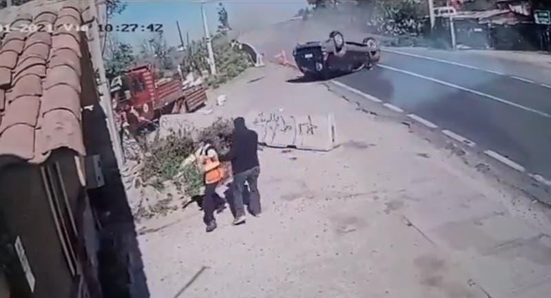 """Cámara de seguridad registra volcamiento de auto en """"curva de la muerte"""" en San José de Maipo"""