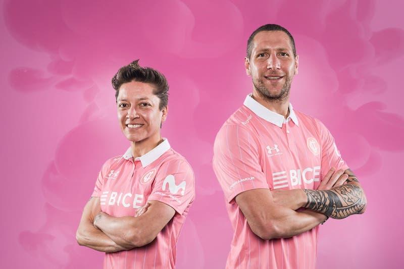 UC presenta nueva camiseta rosada que lucirá en octubre por concientización sobre cáncer de mama