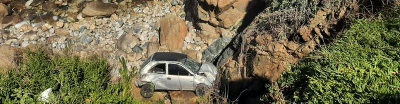Auto se desbarranca 20 metros en avenida Borgoño en Viña del Mar: Tres personas lesionadas