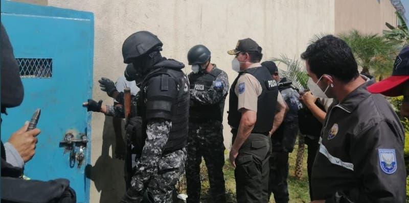 Reclusos disparan contra policías en cárcel de Ecuador en la que hubo 118 muertos en un motín