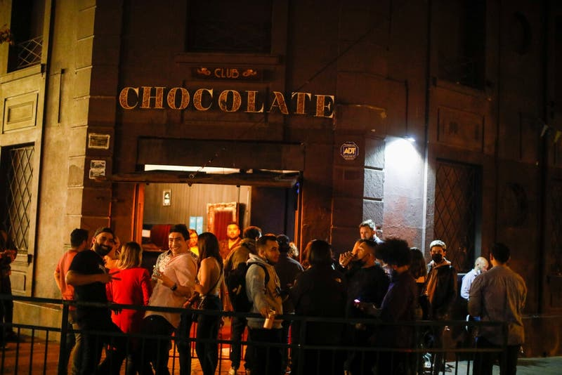 """[VIDEO] Noches de """"carrete"""" vuelven en todo su esplendor: Locatarios y clientes celebran"""