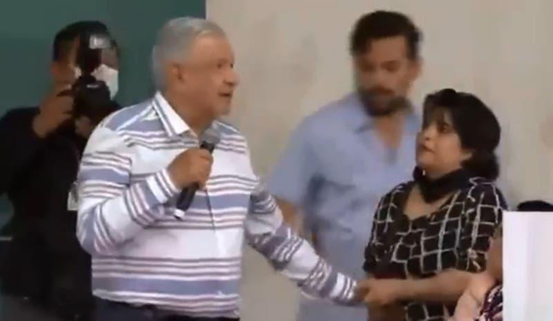 Presidente de México suspende acto público tras irrupción de manifestantes
