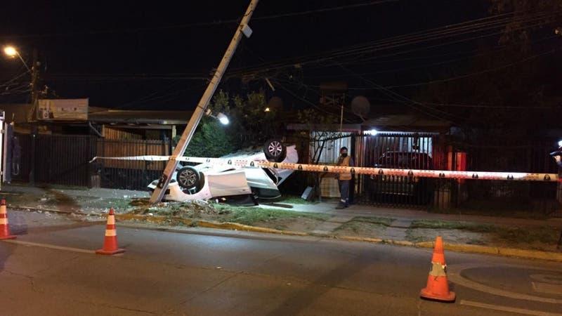 Conductor pierde el control de vehículo y termina volcado frente al jardín de una casa en Peñalolén