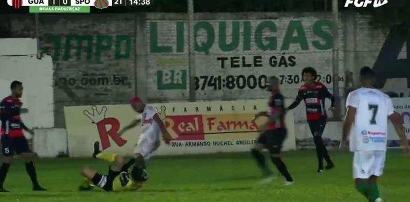 Brutal agresión: Jugador golpea en la cabeza a un árbitro hasta dejarlo inconsciente durante partido