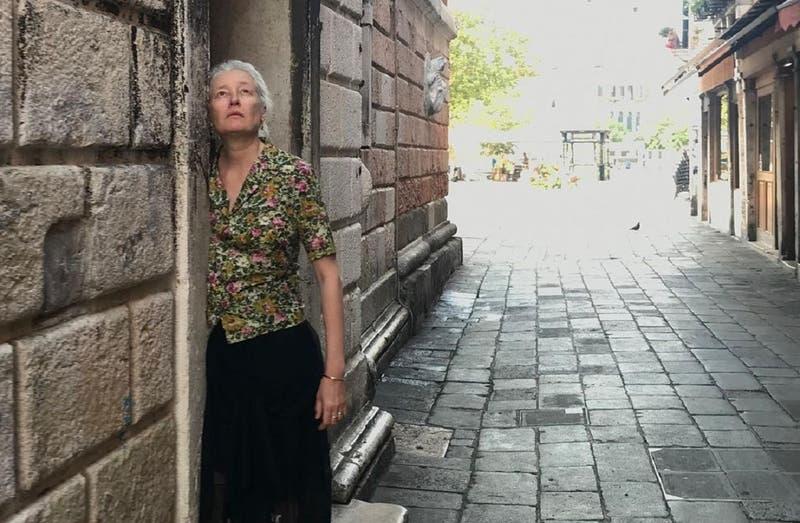 """Con casi 60 años y luciendo canas, así es la nueva modelo """"silver"""" de Zara"""