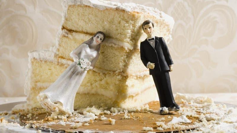 Ni Don Cangrejo se atrevió a tanto: Recién casados cobran $4 mil a invitado que comió más pastel