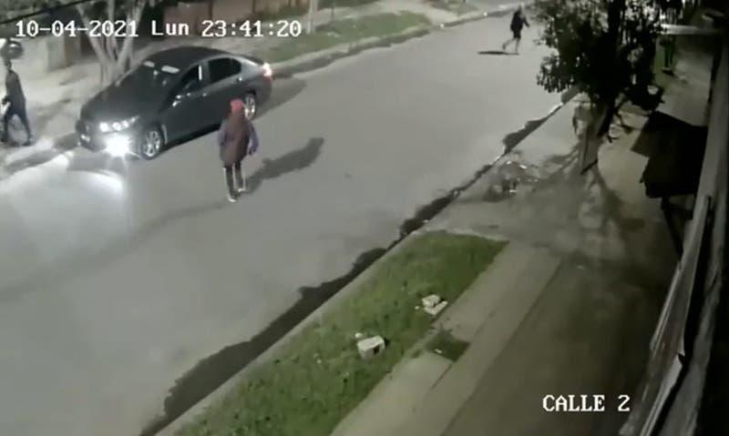 El impactante video de un policía que mató a dos delincuentes que intentaron robarle el auto