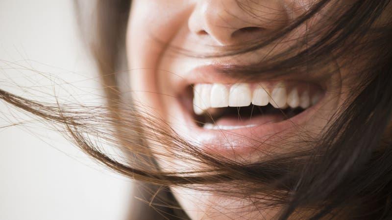 """Rechazan contratar a una mujer por sonreír demasiado en entrevista de trabajo: """"Soy un bicho raro"""""""