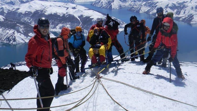 La conmovedora historia del chileno que llegó a la cumbre de un volcán en silla de ruedas