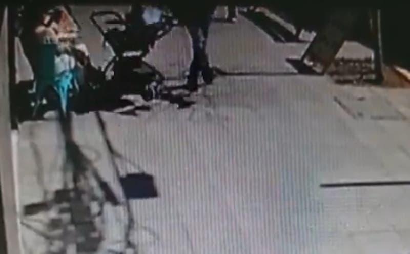 Hombre patea un coche con un bebé en plena calle en Providencia